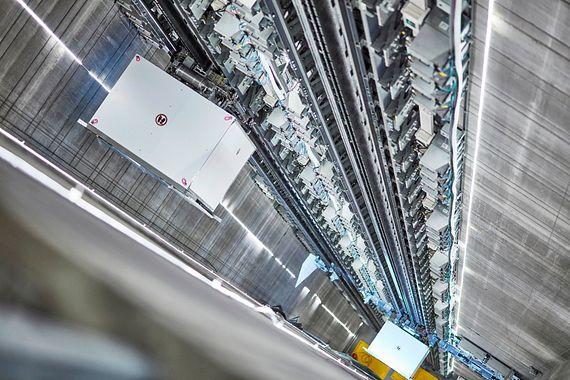 MULTI, l'ascenseur sans câble à technique d'entraînement linéaire, peut se déplacer verticalement et horizontalement dans la cage