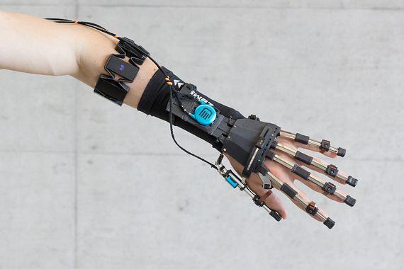 Componentes impresos en 3D en un exoesqueleto