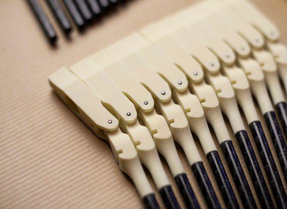 3D-Druck-Hämmer in einem Piano. Klavierflügel mit gedruckten Komponenten
