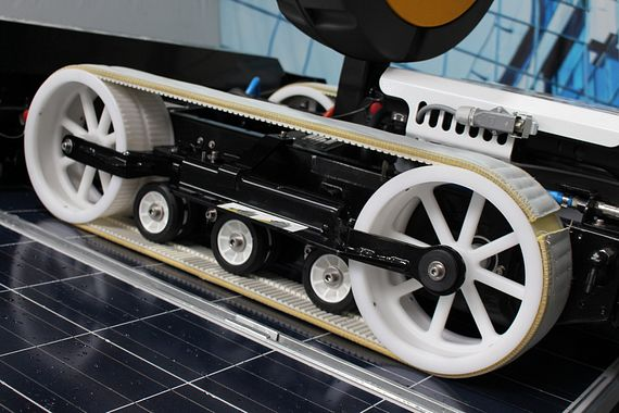 The hyCLEANER moves by means of wheels on two plastic toothed belts, which are covered with special bands and generate their grip on the wet surface.