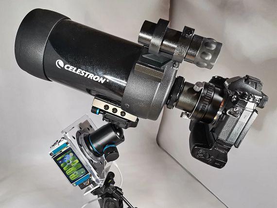 Die Vorrichtung mit dem Getriebe und außen anliegendem Bedienfeld muss die Kamera und das Teleskop stabil drehen können.