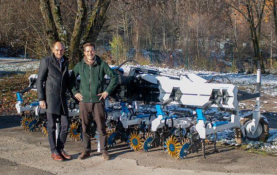 Klemens Ollmaier (à droite) de la société samo travaille depuis des années avec Christoph Föttinger, le responsable de la division paliers chez igus Autriche, pour la mise au point de machines agricoles.